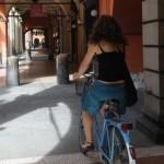 In bici sotto i portici