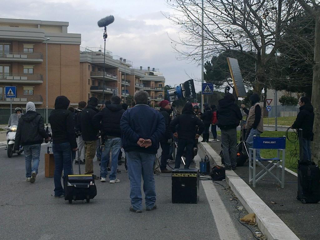 Set cinematografico Via di Poggio Verde, in fondo Paola Cortellesi (indossa un casco), nel cast anche Raoul Bova
