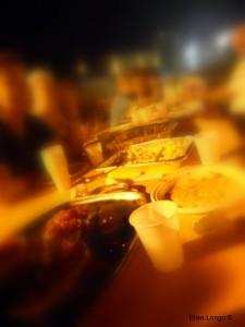 Condivisione: all'esterno, un tavolo lungo e adibito per la cena.