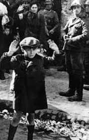 bambino a mani alzate