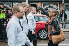 donna affronta i nazisti